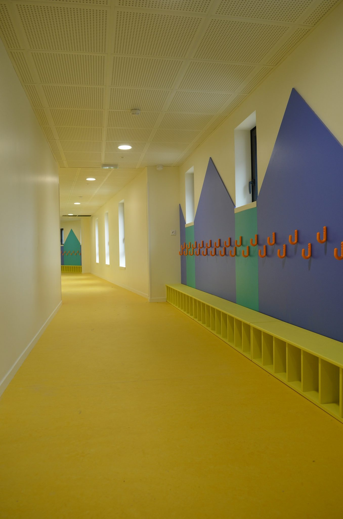 le hall vestiaire de l 39 cole maternelle de sainte h l ne. Black Bedroom Furniture Sets. Home Design Ideas