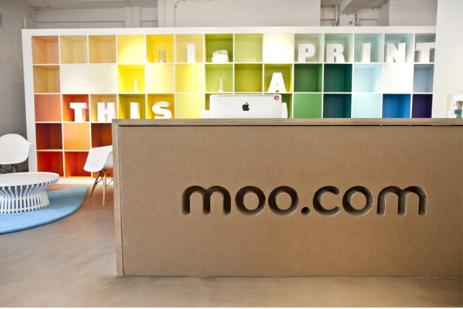 Rénovation du hall d'entrée d'une entreprise ici l'exemple de la banque d'accueil de la start up au design étonnant et innovant moo.com